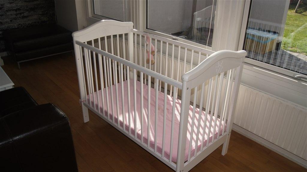 tremmeseng babysam Sælges: Hvid tremmeseng inkl. madras   300 kr. tremmeseng babysam