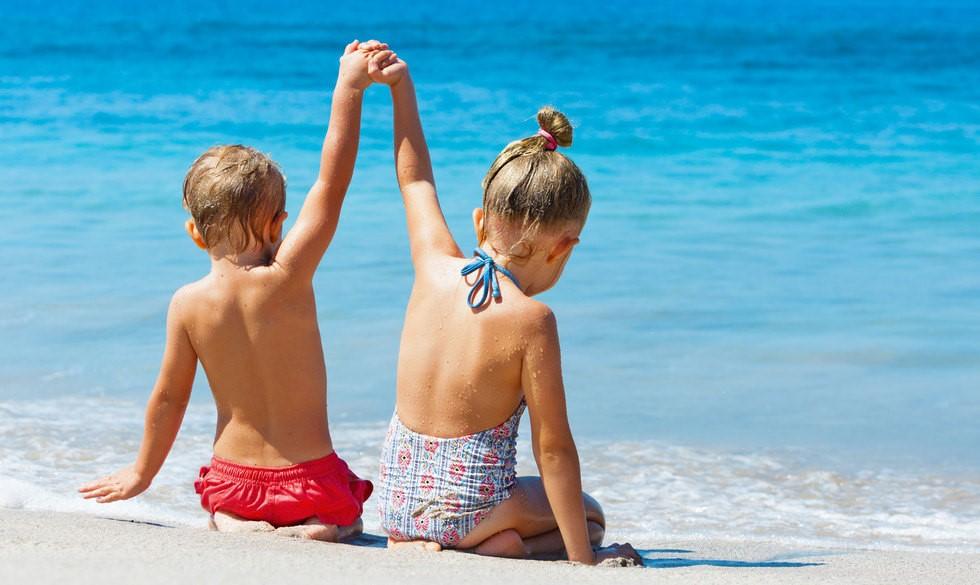 Fra 0 måneder til 5 år: Her er de bedste tips til en dag på stranden med børn