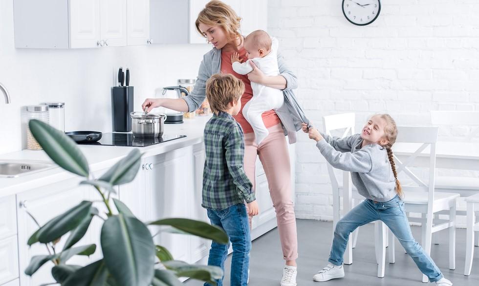 Derfor er du mor-presset – og 10 ting, du kan gøre for at mindske det